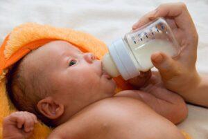 Leches de fórmula para bebés tienen más azúcar que un refresco, según estudio