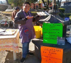 Universitario vende gelatinas para costear vuelos y asistir a diplomado