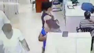 Mujer roba celular de médico que atendía a su hermano