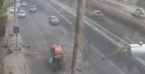Captan volcadura de vehículo en carriles centrales de Periférico Norte