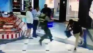 Joven detiene con una zancadilla a un ladrón en un centro comercial