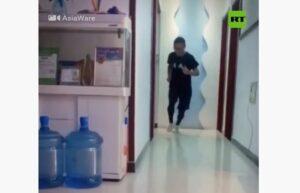 Un atleta chino corre 50 km dentro de su departamento debido a la cuarentena por el coronavirus