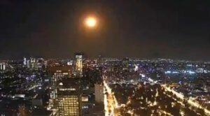 Captan en diferentes ciudades del país la caída de un meteorito