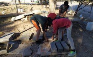 Con ladrillos de papel reciclado, alumnos de secundaria construyen cuarto a compañero