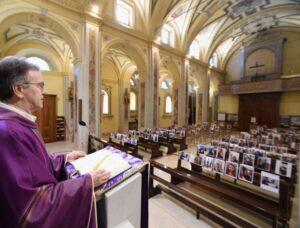 Sacerdote italiano celebra misa con selfies de sus feligreses por cuarentena
