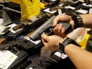 Aumenta compra de armas en EU por pánico ante pandemia de coronavirus