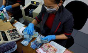 Personas evitan usar billetes en varios países por temor a ser contagiados de coronavirus