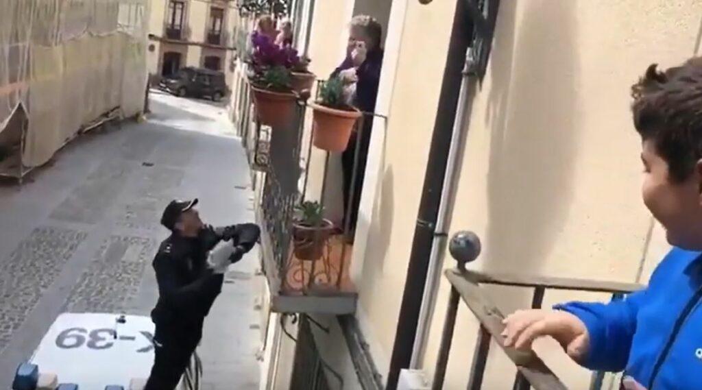 Policía trepa por un balcón para entregarle un regalo de cumpleaños a una anciana
