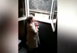Vecinos cantan desde sus ventanas las mañanitas a una mujer de 80 años