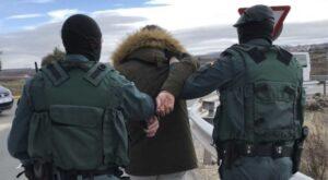 Mujer escupe a policías de España por detenerla y da positivo a coronavirus