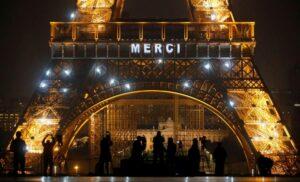 Torre Eiffel agradece con luces a médicos y enfermeras que tratan de controlar la pandemia de coronavirus