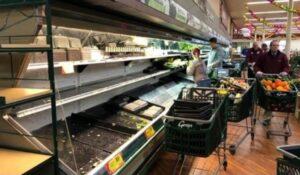 Tienda desecha 35 mil dólares en productos porque una mujer entró a toser a propósito