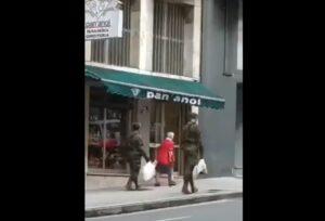 Militares españoles dejan sus tareas y ayudan a una anciana con sus compras de víveres