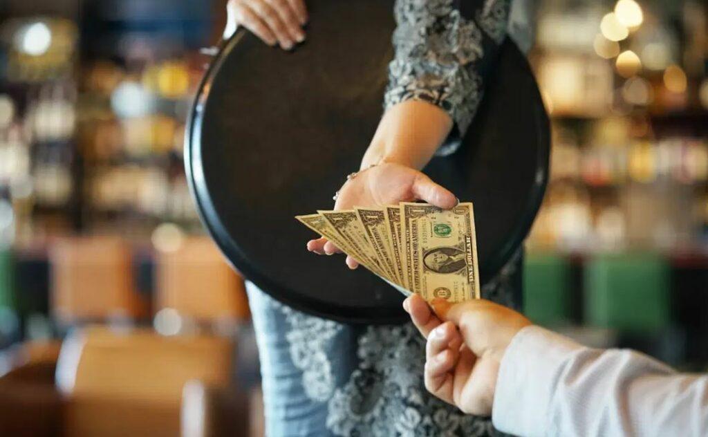Un hombre deja 10 mil dólares de propina para los empleados de un restaurante