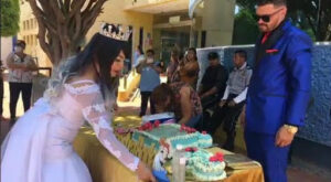Novios cancelan boda por cuarentena y reparten su banquete en hospital de Irapuato