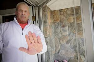 Un joven se va de vacaciones en plena cuarenta y al regresar su padre le impide entrar a casa