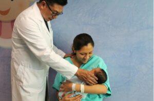 Tras muerte de bebé por Covid-19 en EU, IMSS pide a madres reforzar medidas de higiene