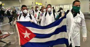 México recibe a 10 médicos cubanos para enfrentar covid-19
