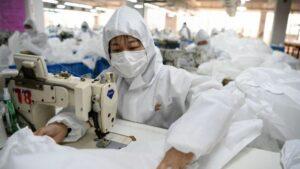 Armani fabricará batas desechables para personal médico en Italia