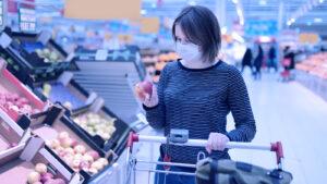 Científicos muestran qué pasa cuando una persona con covid-19 tose en un supermercado