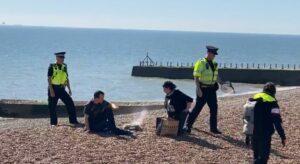Pareja hace carne asada en la playa y policías les apagan fogata para que se fueran