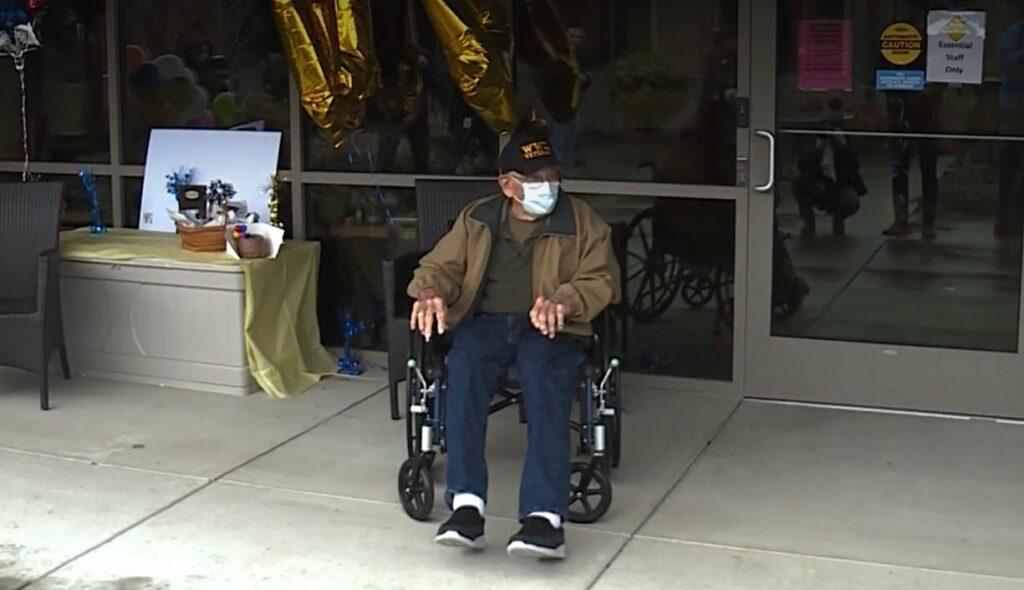 Un hombre de 104 años de edad se recupera de coronavirus y celebra su cumpleaños