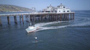 Policía de California detiene a joven por violar la cuarentena para ir a surfear