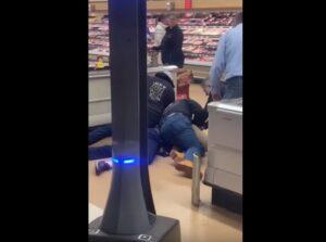 Hombre escupe sobre vegetales y es sometido por clientes de un supermercado