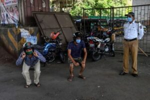 Policías de la India castigan con sentadillas y flexiones a quien violen la cuarentena
