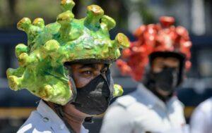 Policías de la India usan cascos en forma de coronavirus para concietizar a ciudadanos
