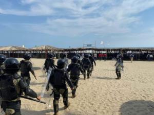 Marinos desalojan a turistas de playa en Acapulco por no respetar la cuarentena