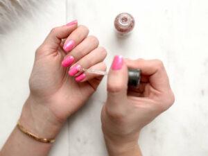 Pintarte las uñas puede fomentar el contagio de coronavirus
