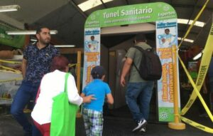 Instalan túnel de ozono para desinfectar a clientes en mercado de Gudalajara, Jalisco