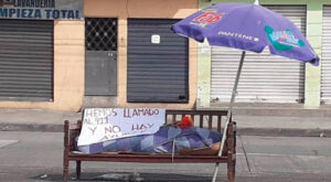 Hombre deja cuerpo de su madre en banca ante falta de atención de autoridades en Ecuador