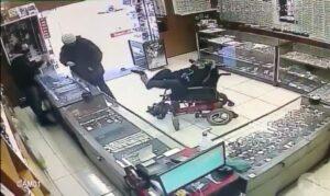 Joven con discapacidad usa sus pies para sostener un arma y robar en una tienda