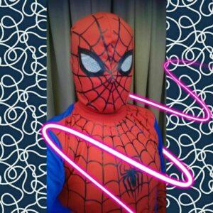 Maestro se disfraza de superhéroe para dar clases en línea
