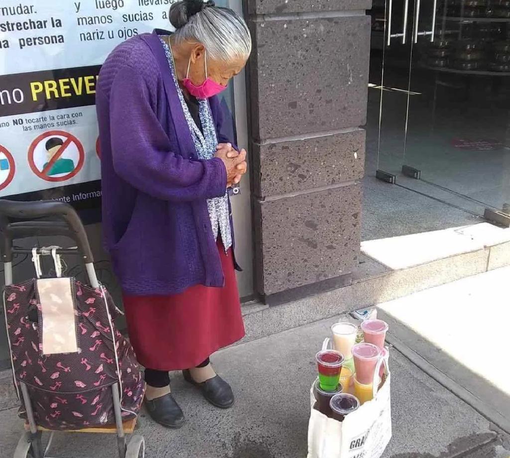 Piden ayuda para anciana que vende gelatinas en Cuatitlán Izcalli -