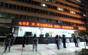Felipe Calderón aprovechó un partido de México para cerrar Luz y Fuerza