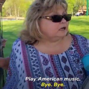 Mujer estadounidense discrimina a latinos por escuchar música en español