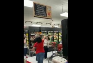 Clientes de supermercado en NY corren a mujer por no traer cubrebocas