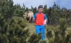 Niño logra escapar de un oso caminando en calma para no alterarlo