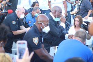 Policías de Miami se arrodillan para orar por muerte de George Floyd