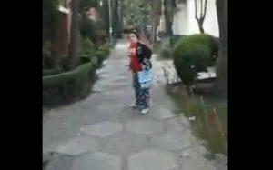 Mujer agrede a repartidor con gas pimienta por no llegar hasta la puerta de su casa