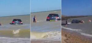 Hombre estaciona su auto en la playa y el mar lo arrastra