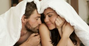 Inglaterra prohíbe reuniones a parejas que viven en diferentes lugares