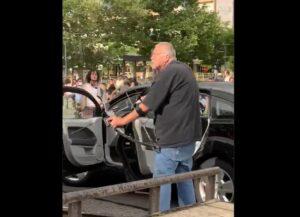 Hombre amenaza con un arco a manifestantes en EU y lo golpean