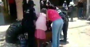 Policías de Querétaro forcejean con anciana y su hija por no usar cubrebocas