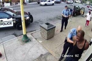Salen a la luz nuevos videos de caso George Floyd; ninguno confirma versión policíaca