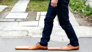 """Crean zapatos estilo """"Bob Patiño"""" para mantener la distancia social"""