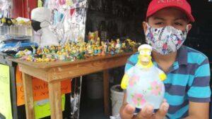 Niño vende sus juguetes de Los Simpson para ayudar a sus papás a enfrentar la crisis